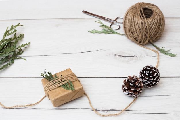 ジュートロープでプレゼントを包装するプロセス