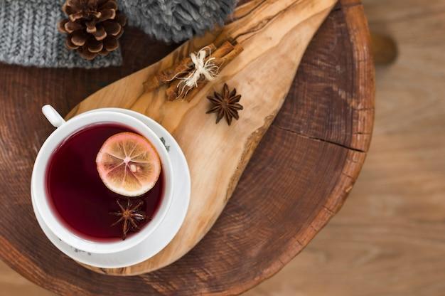 木製の板にレモンと赤茶