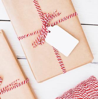 ストライプのリボンとカードで包まれたクリスマスプレゼント