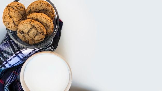 ミルクカップの近くのクッキーボウル