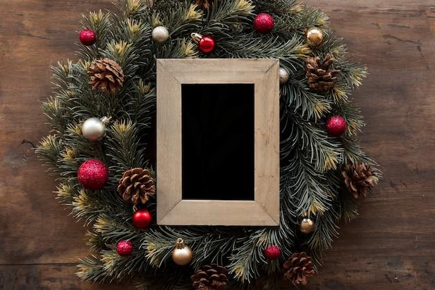 緑のクリスマスの花輪の空のフレーム
