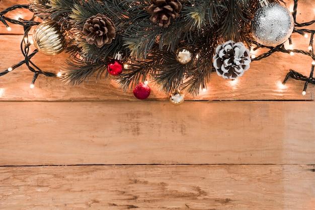 テーブルに錐体の木の枝