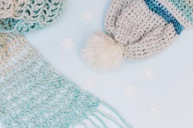 暖かい服の冬の構成