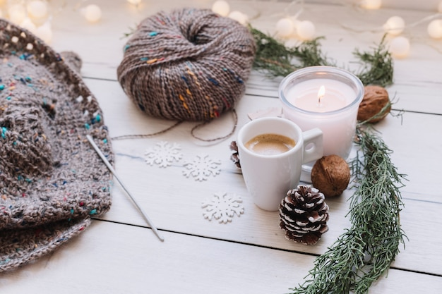 灰色の編み糸で蝋燭を焼く