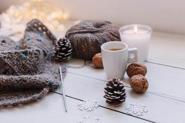 白い蝋燭と灰色の編み糸