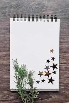 テーブル上の星スパンコールとメモ帳