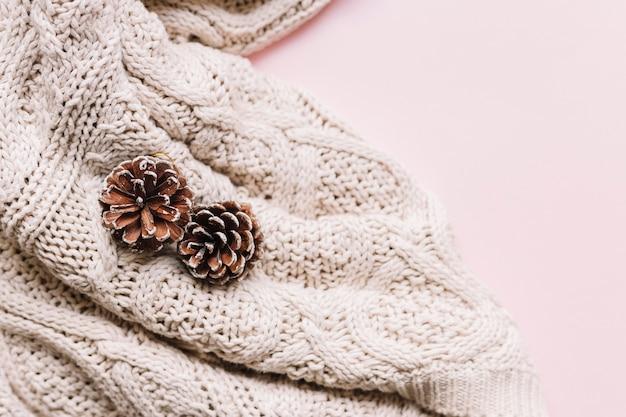 テーブル上の軽いスカーフのコーン