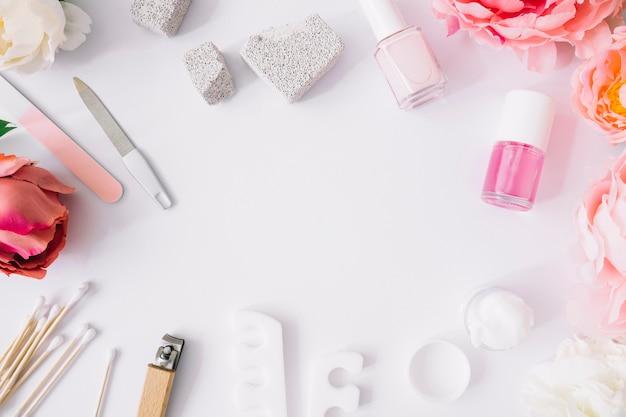 白い背景の様々なマニキュアツールと製品