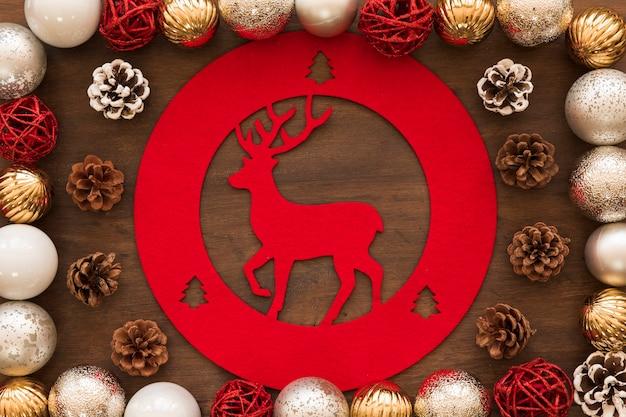 テーブル上の鹿の装飾と光沢のある闘牛