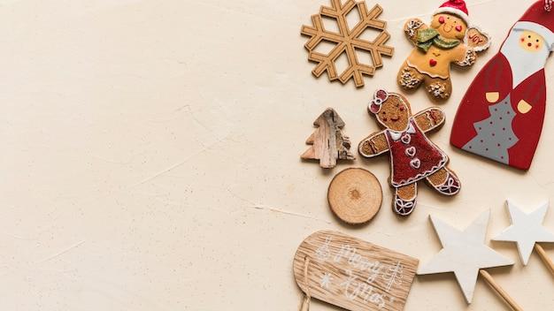 ベージュのテーブルにクリスマスの装飾