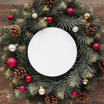 クリスマスの花輪の間のタブレット