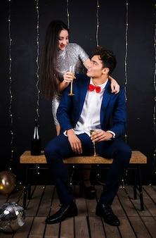 Счастливая пара с бокалами шампанского