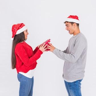 興奮したボーイフレンドにプレゼントをしている女性