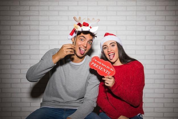 Пара с удовольствием с рождественскими украшениями