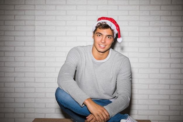 クリスマスの帽子で笑い男