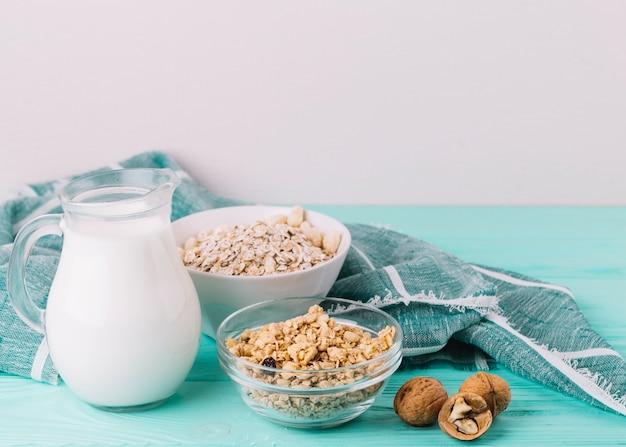 木製のテーブルでの朝食に健康食品