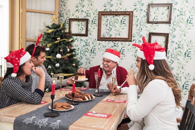 Люди едят десерт на праздничном столе