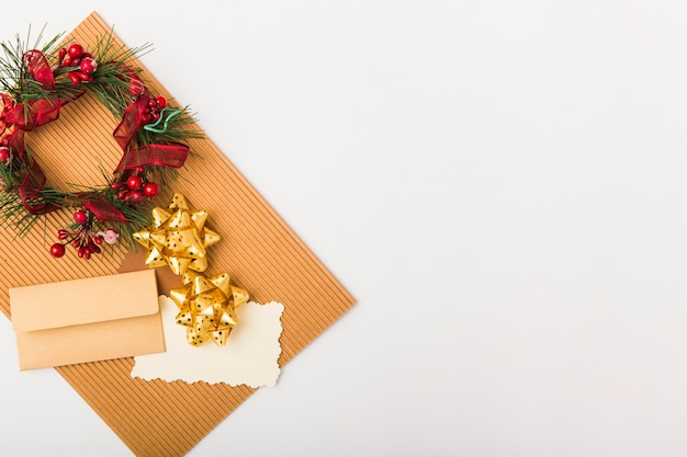 白い背景にクリスマスの装飾