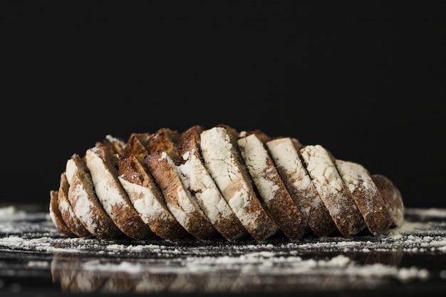 黒の背景にパンのスライス