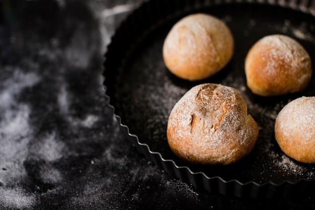 大理石のテクスチャ背景上の皿に丸いパンを焼き