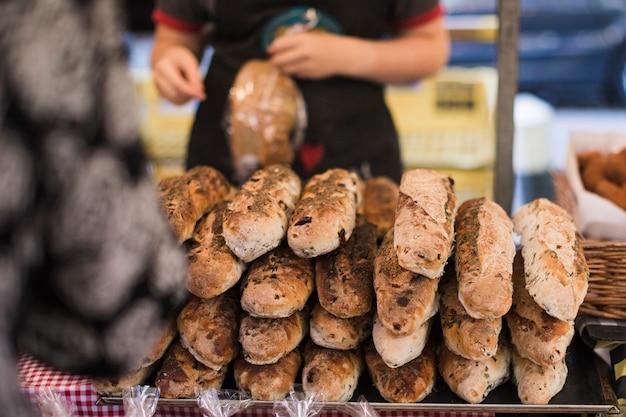 パン屋さんでパンの積み上げ