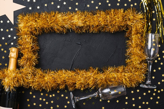 テーブル上の錦糸体からの黄色のフレーム