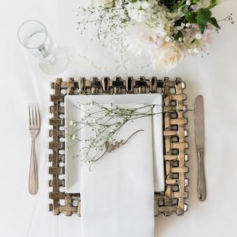 Взгляд высокого угла красивой сервировки стола с словом влюбленности