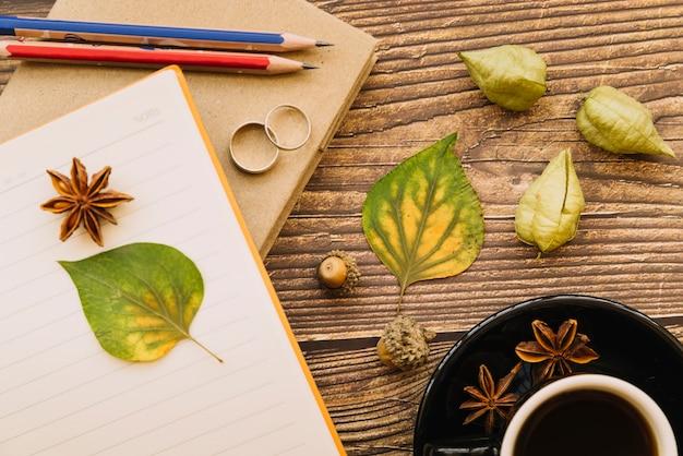 トップビューの秋の机