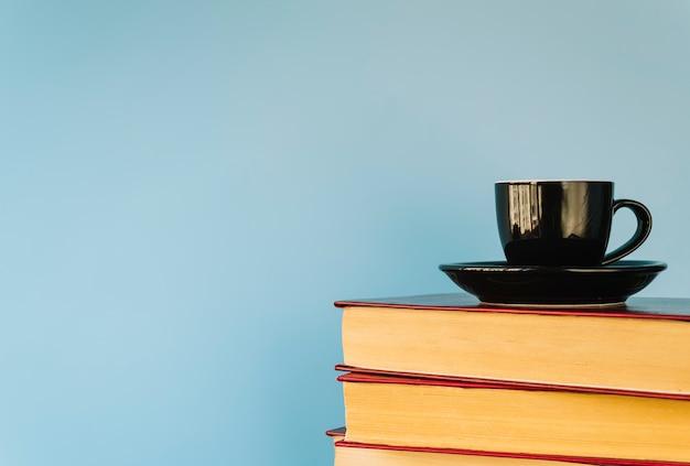 Кофейная чашка на книжной куче