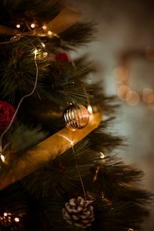 ゴールドリボンと花輪で飾られたクリスマスツリー