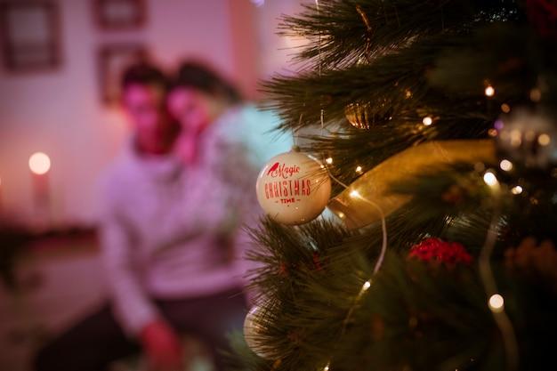 おもちゃを持つクリスマスツリー