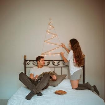 クリスマスの飾り合いのカップル
