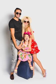スーツケースを持つ若い家族