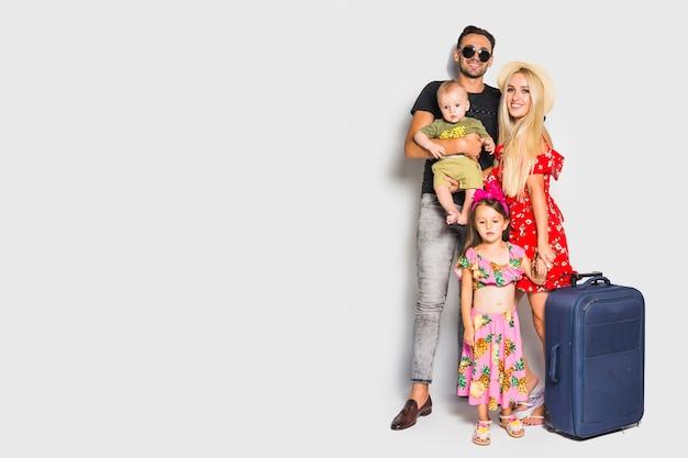 Молодая семья с чемоданом