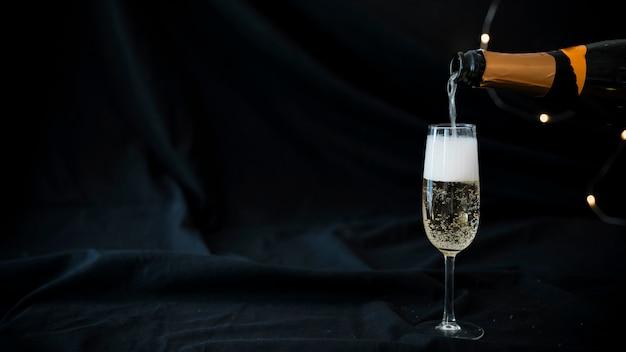 ガラスに注ぐシャンパン