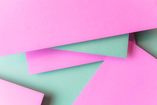 Слоистый фон из розовой и зеленой бумаги