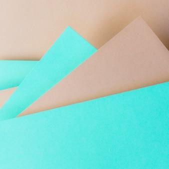 バナーの三角形のターコイズブルーと茶色の紙の背景