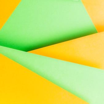 黄色と緑の紙の背景のクローズアップ