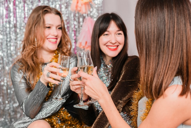 新年のパーティーでソファでチャットする友だち