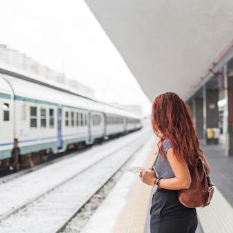 列車を待っている女性観光客