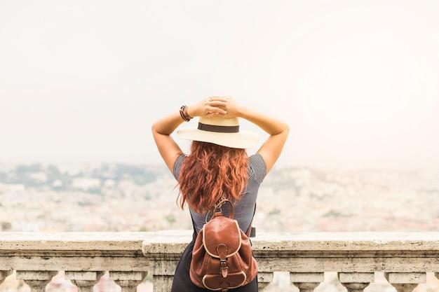 Женский турист на балконе сзади