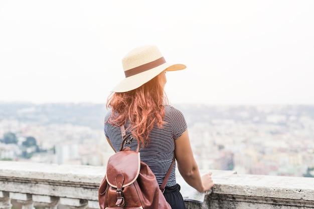 都市を見る女性観光客