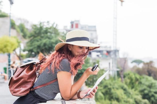 マップを見ている女性観光客