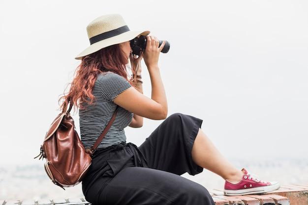 Женский турист с биноклем
