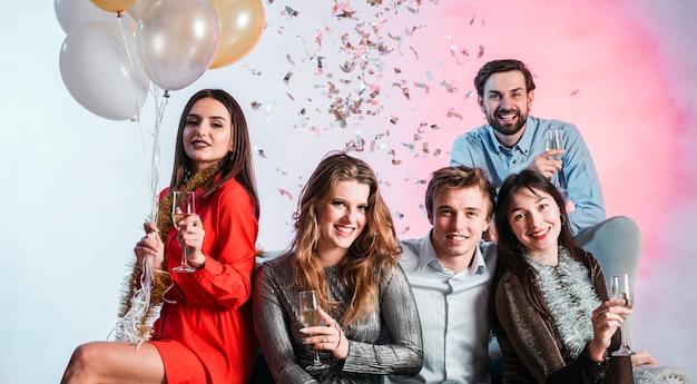 シャンパングラスを持つ幸せな人々
