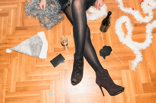 シャンパンで床に座っている女性