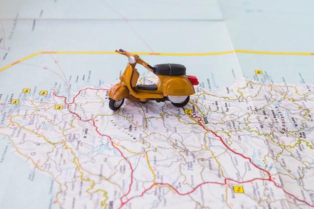 マップ上のおもちゃのオートバイ