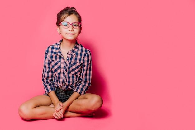 女の子、眼鏡、座る