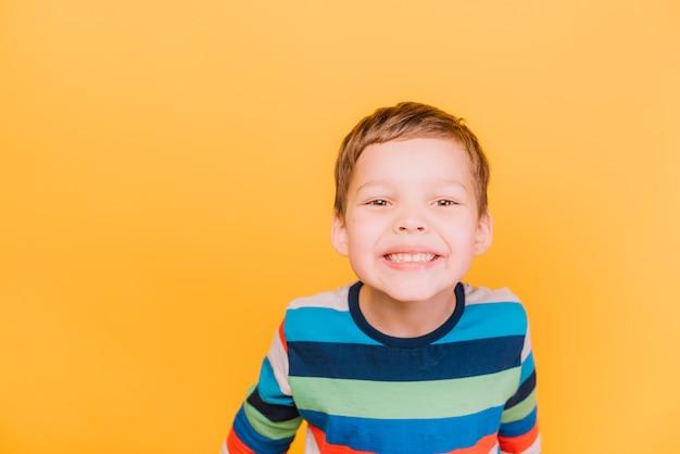 Мальчик с игривым выражением