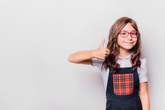 Девушка делает большой палец вверх жест